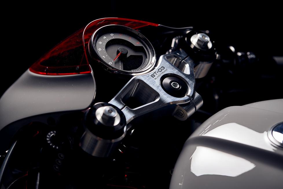 Cafe racer BT03 Harley Davidson Softail Fat Bob 114 zoom on the speedometer