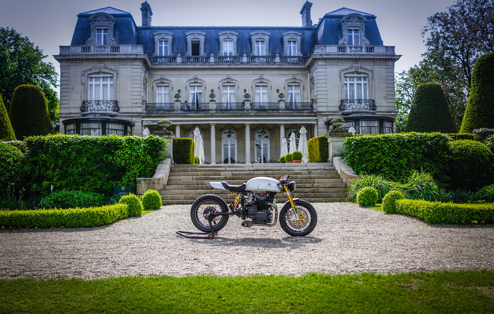 Cafe Racer BT01 in front of the Domaine Les Crayères