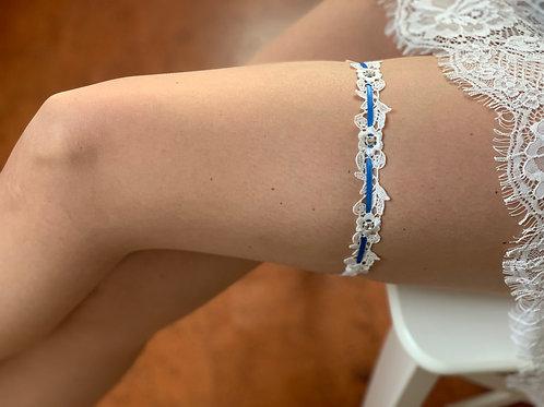 Strumpfband mit weißer Spitze, etwas blauem und Strasssteinchen