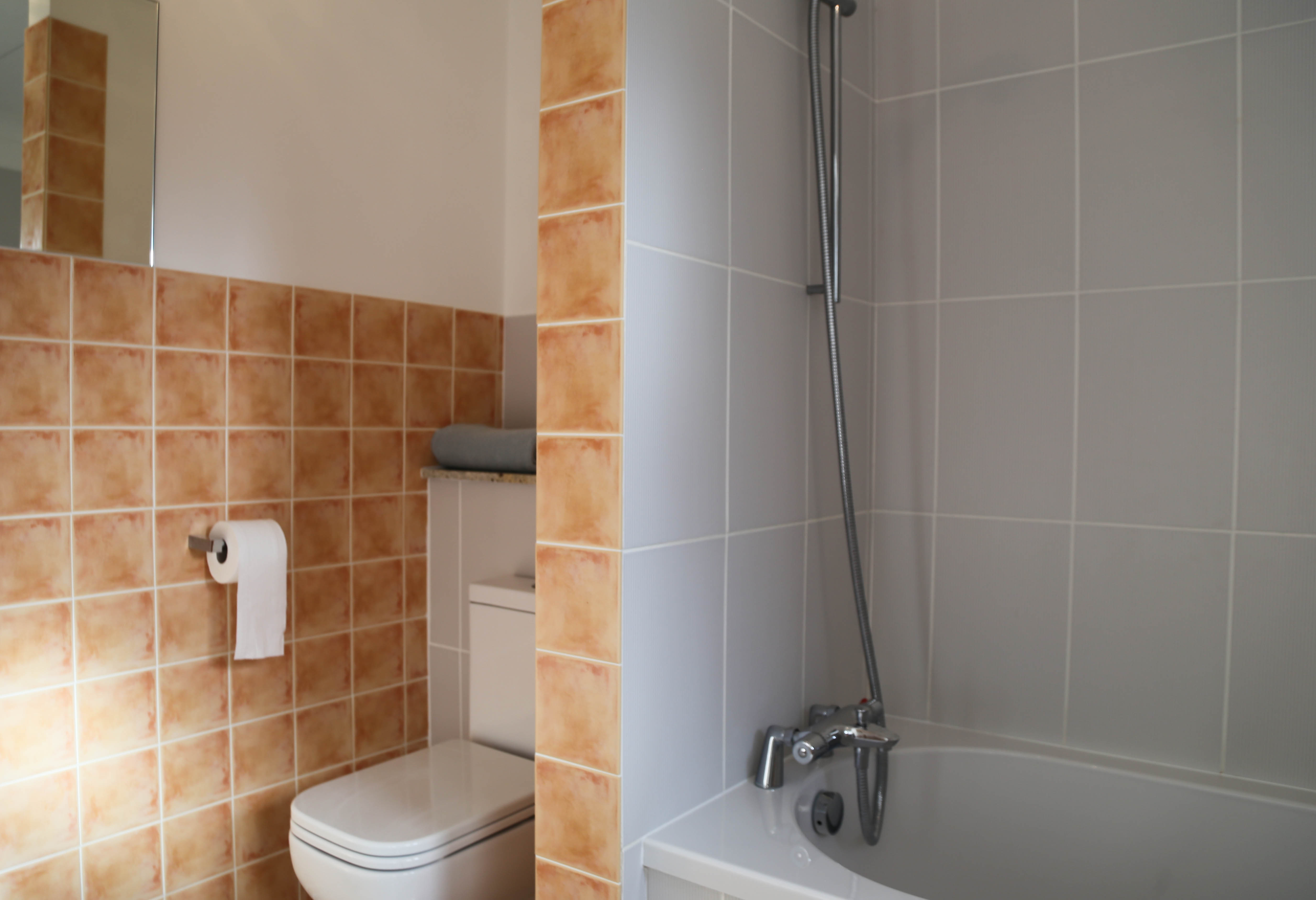 En-suite bathroom 1 with a bath