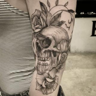 Flores e crânio