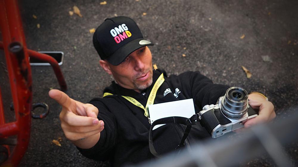 Bánhalmi Norbert profi fotós az első pályamunkája, egyben cikkünk indexképének megalkotása közben.