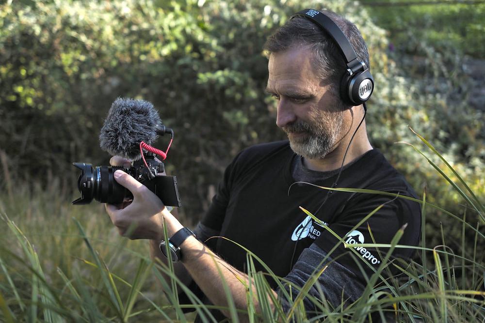 Szabó-Gamos Attila munka közben. A felvételt Speier Vikó készítette.