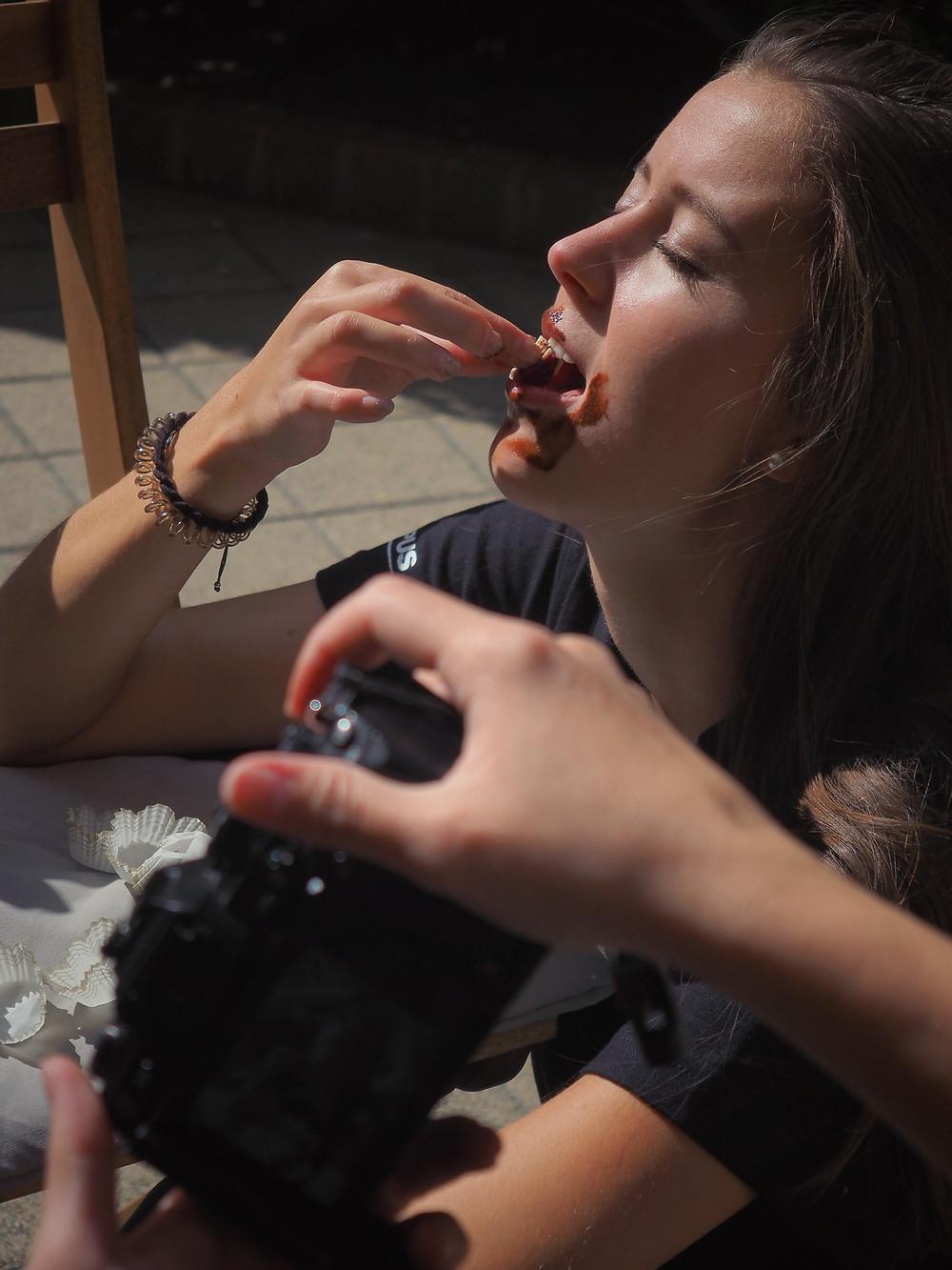 Amelita épp Vikót fotózza, aki épp bonbont eszik • Saját fotó