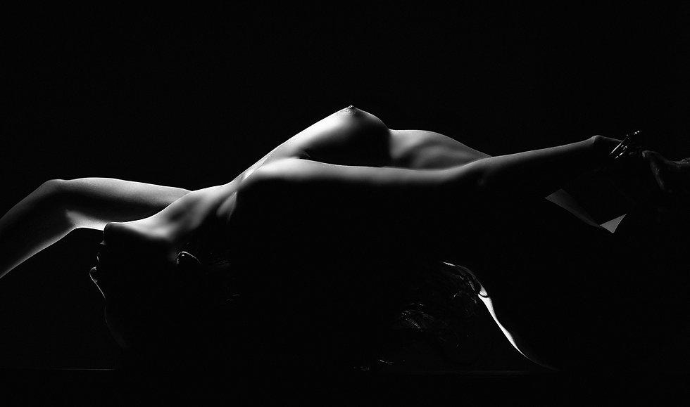 Művészi akt fotózás sejtelmes fények között