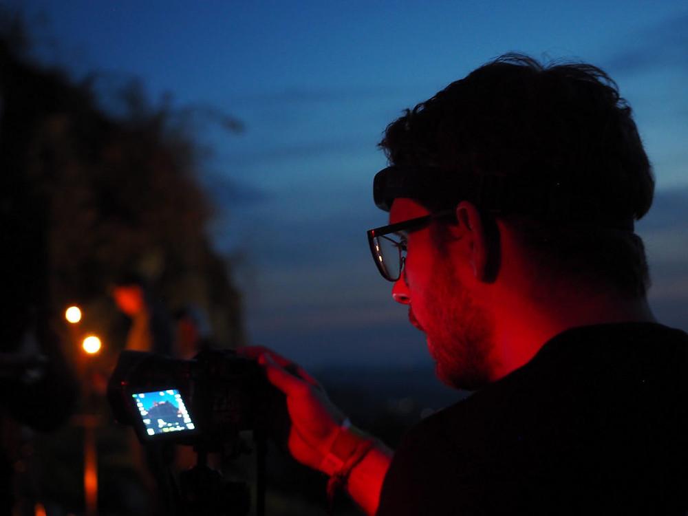 Nagy Zoltán az éjszakai fotózáson a Salgó várban. A felvételt Papp Zoltán készítette