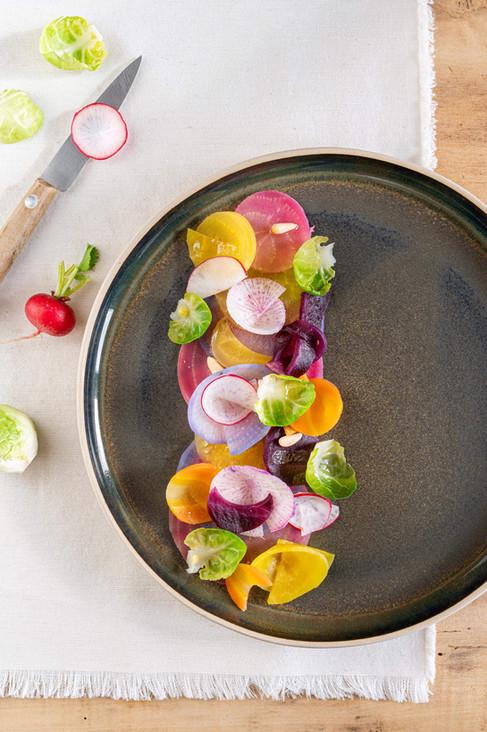 Légumes de saisons dans une assiette un air de céramique, diamètre 24 cm.