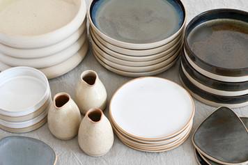 Ensemble de pièces d'art de la table, pile d'assiettes pour l'ouverture d'un restaurant.
