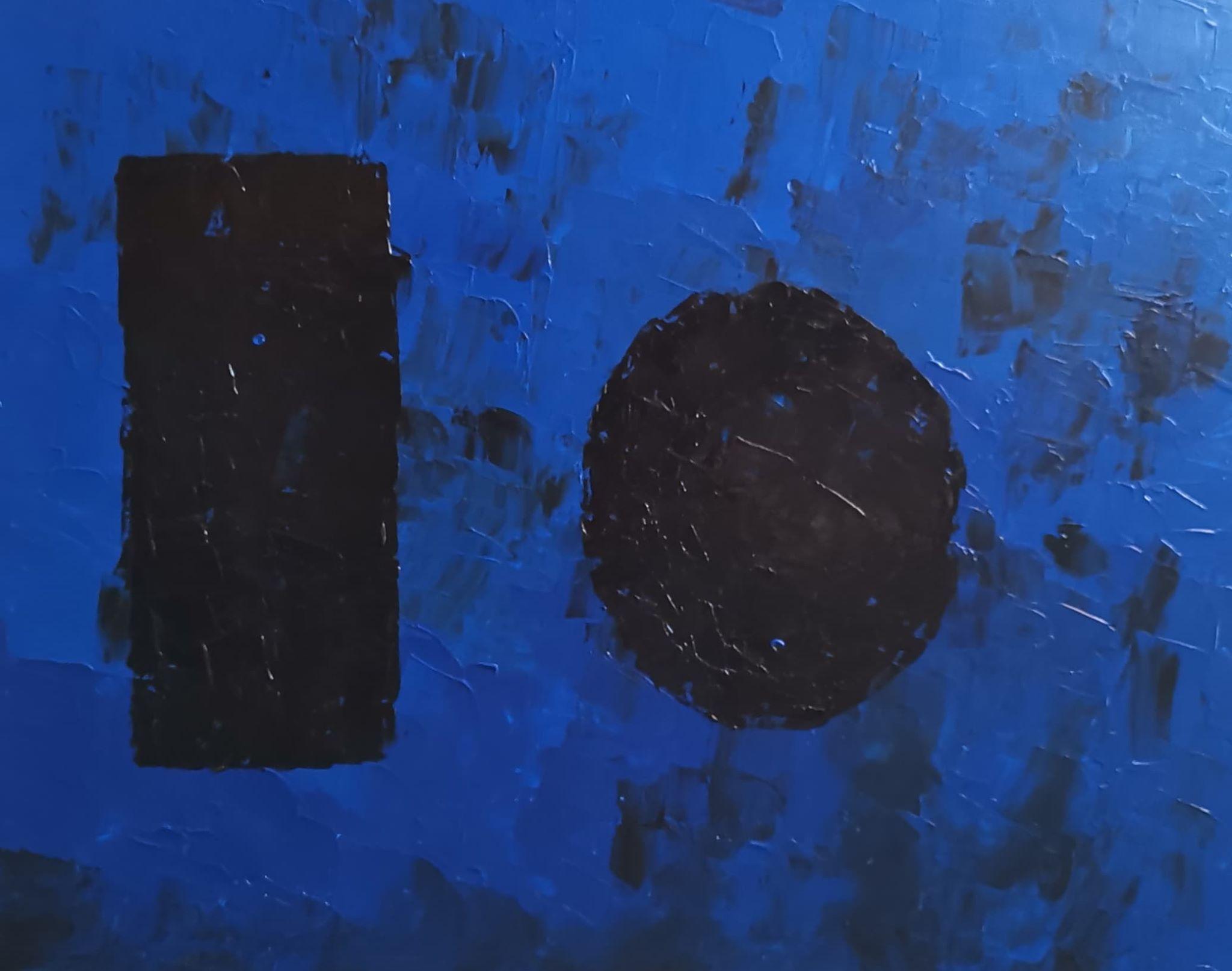 Grands monolithes sur fond bleu