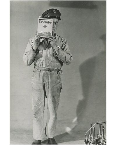 "PHOTOGRAPHE ANONYME (1935) - ""Achetez Essolube !"""