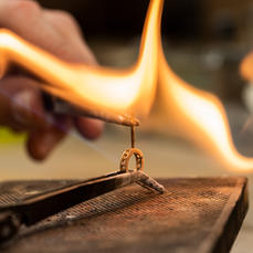 Der Goldschmied fertigt das zentrale Konstruktionselement der Kreation: die Goldöse aus 18karätigem Roségold, die alle Designelemente miteinander verbindet.