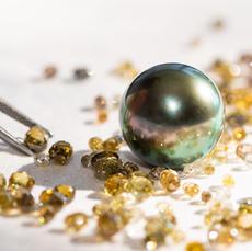In einer weiteren Selektionsstufe werden Diamant-Briolettes in adäquater farblicher Wirkung und perfekter Harmonie dazu ausgewählt.