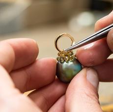 Die Diamantkränze werden perfekt ausgerichtet, um die höchste Harmonie für das Schmuckstück zu erreichen.