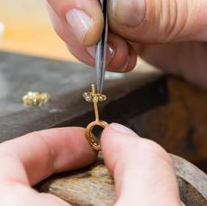 Die Hochzeit bringt alle Elemente zusammen: Gellner Perle, Diamantkränze und Diamantöse.