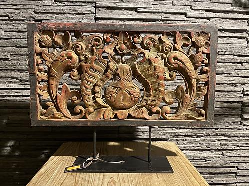 Decoratieve standaard met oud houdsnijwerk