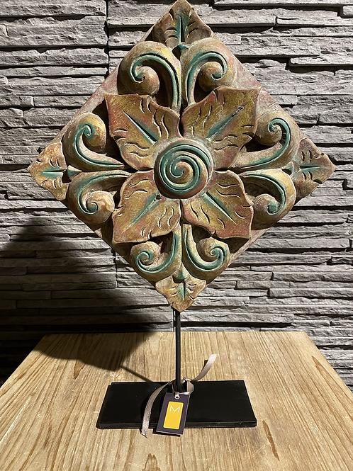 Decoratieve standaard met oud houtsnijwerk