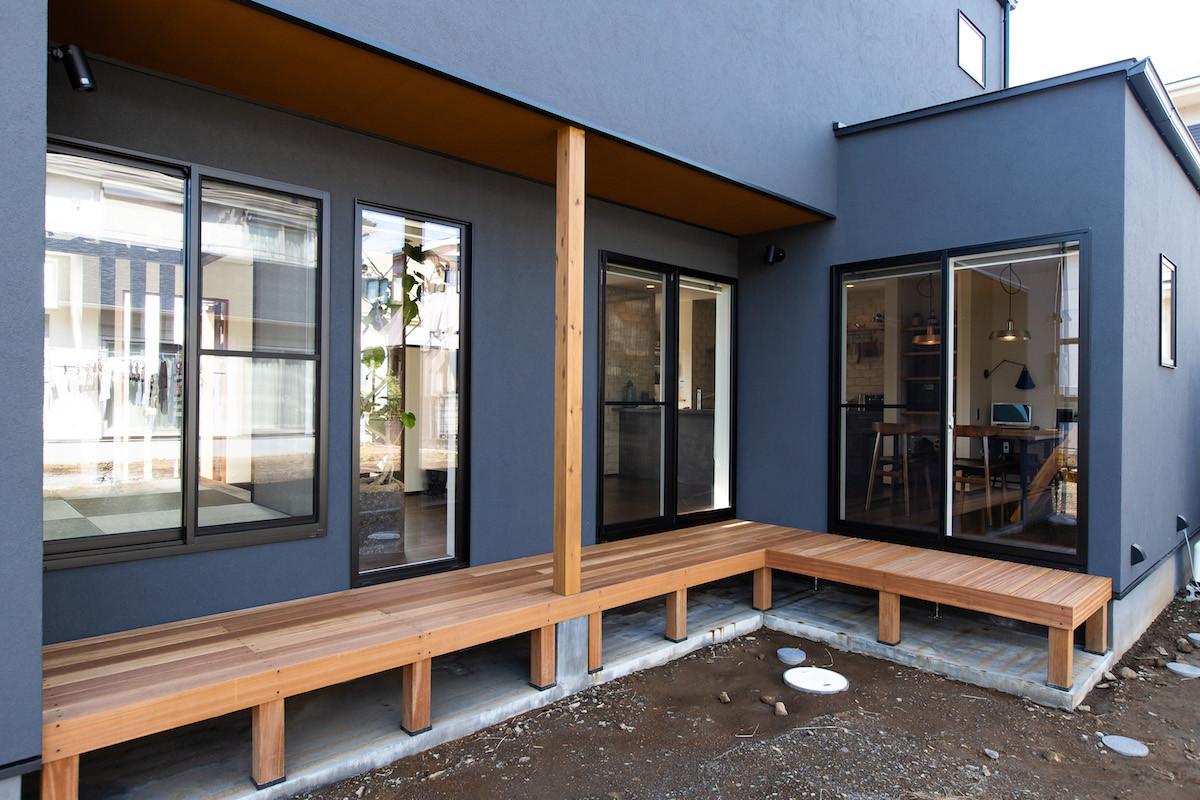 ウッドデッキをつくり、より自然を身近に感じられる家に。動線としても便利