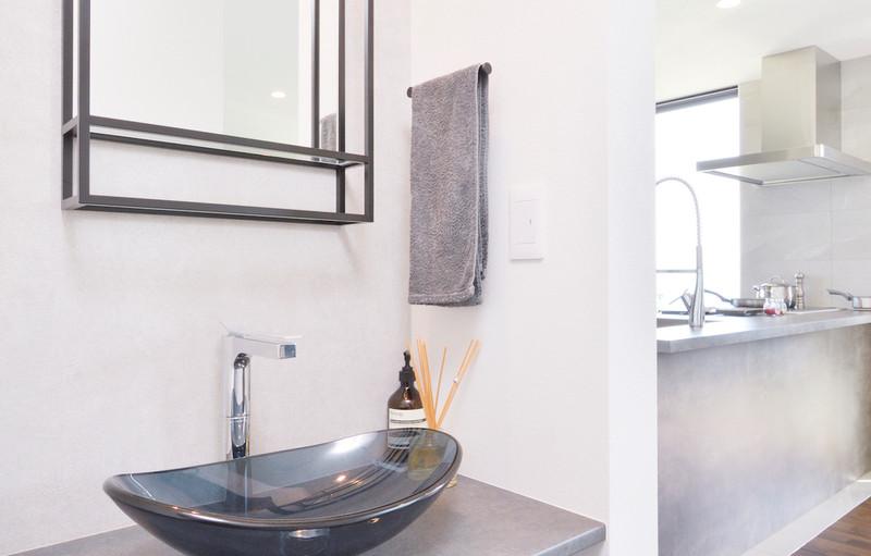 白とグレーでコーディネートされたお洒落な造作洗面。カウンター、洗面ボウル、水栓、鏡のバランスが絶妙。毎日の暮らしを楽しくしてくれる