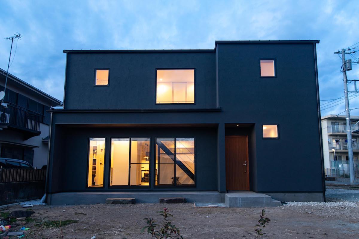 吹き抜けや大きな窓で家全体がひとつの空間のように感じられる開放感に満ちた家が完成