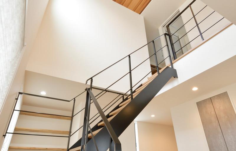 空間を彩る鉄骨階段