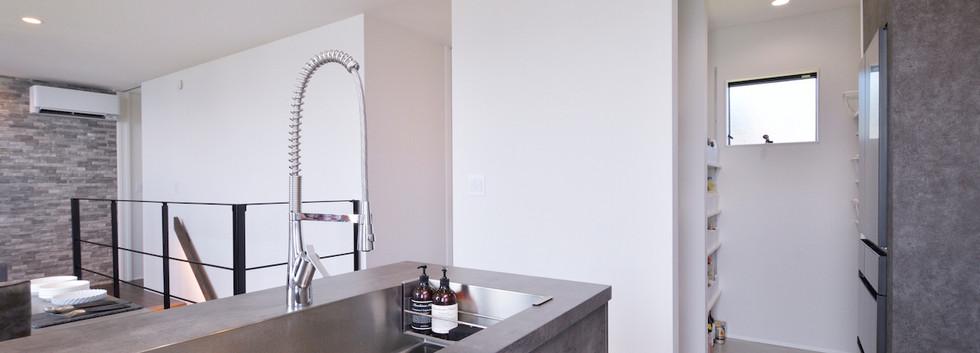 キッチンには耐久性に優れたセラミック製のワークトップを採用