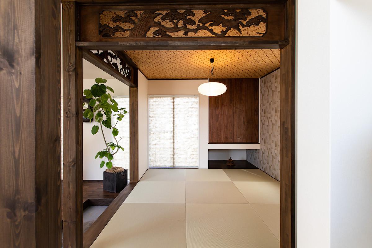 畳スペースには和モダンの空間を印象付けるこだわりの欄間を採用