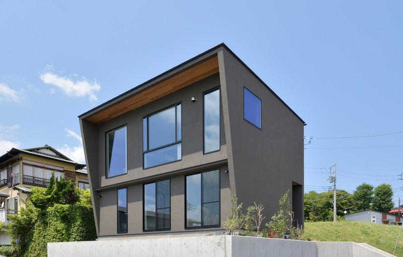 グレーを基調にしたシンプルな色使いやエッジの効いたデザイン、大胆な窓の配置など建築家住宅ならではのスタイリッシュな外観を実現