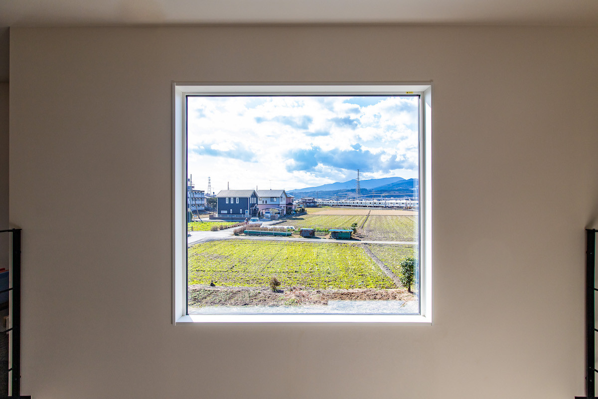 大きな窓は採光の確保のほか、眺望も楽しめる