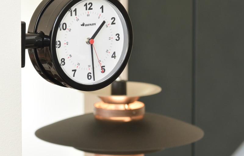 どこからでも見える壁につけられた時計