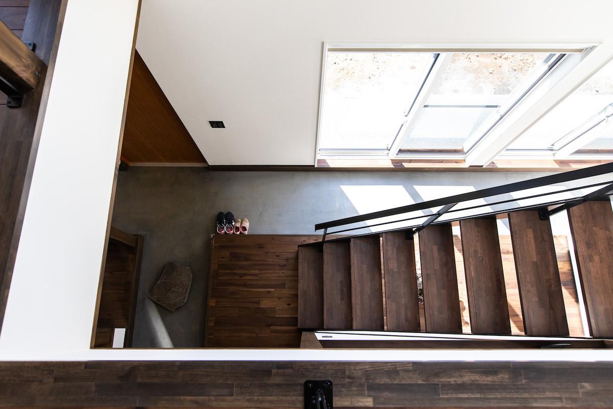 アウトドア好きのN様が室内で作業をしやすいうように大きな玄関土間を設置。「釣った魚をすぐにキッチンに持っていけるのもいいですね」