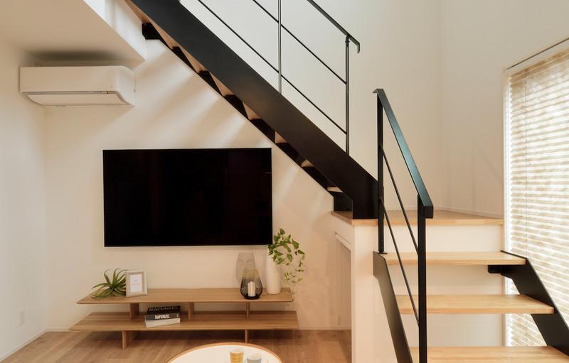 鉄筋階段の中段下には収納スペースも完備