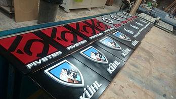 Letreros y carteles publicitarios pintados para exterior.