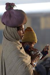 Vendedora - estación de tren - India.