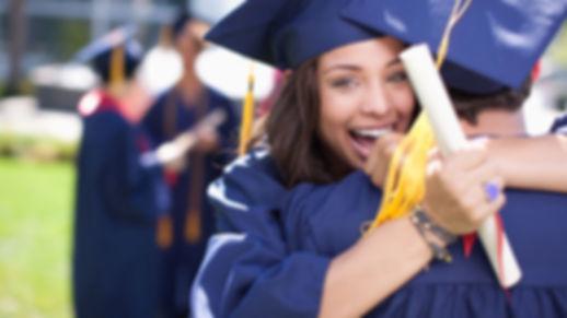 graduados-universitarios-abrazandose.jpg