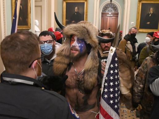 Evacúan Congreso de EE.UU. y decretan toque de queda en Washington en medio de fuertes disturbios