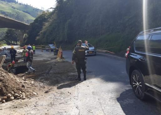 Bloqueos no permiten que trabajadores atiendan derrumbes en La Línea