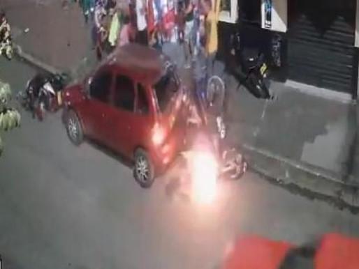 En grave estado de salud continua joven que se estrelló contra un vehículo y la moto se incendió.