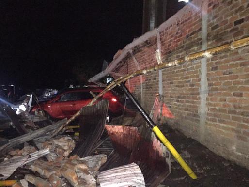 Bomberos Oficiales de Ibagué atendieron la caída de un muro en La Pola que afectó 12 vehículos.