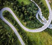 Vista aérea da estrada curvada