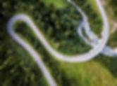 Аэрофотоснимок изогнутой дороги