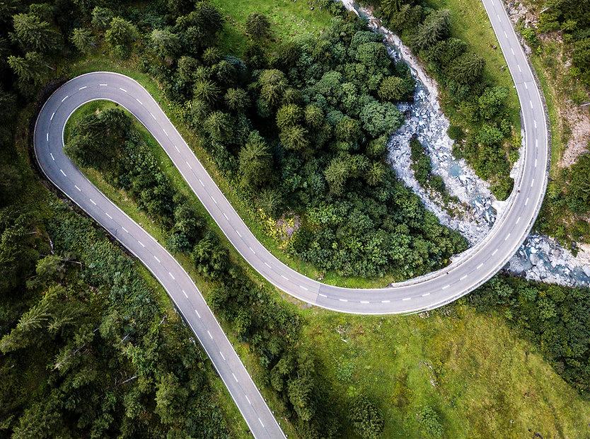 Vue aérienne de la route courbe