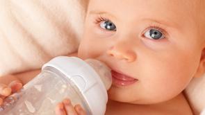 Wat als je baby zijn flesjes niet meer wil drinken?