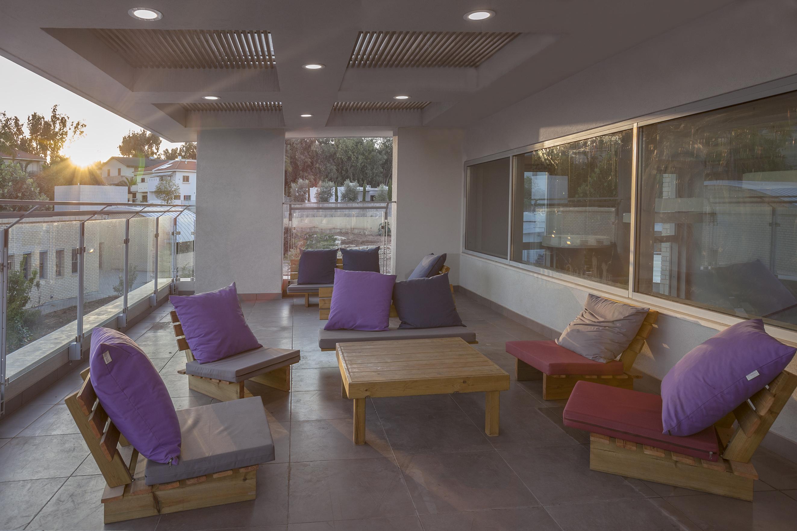 פינת ישיבה מחוץ לקופיקס