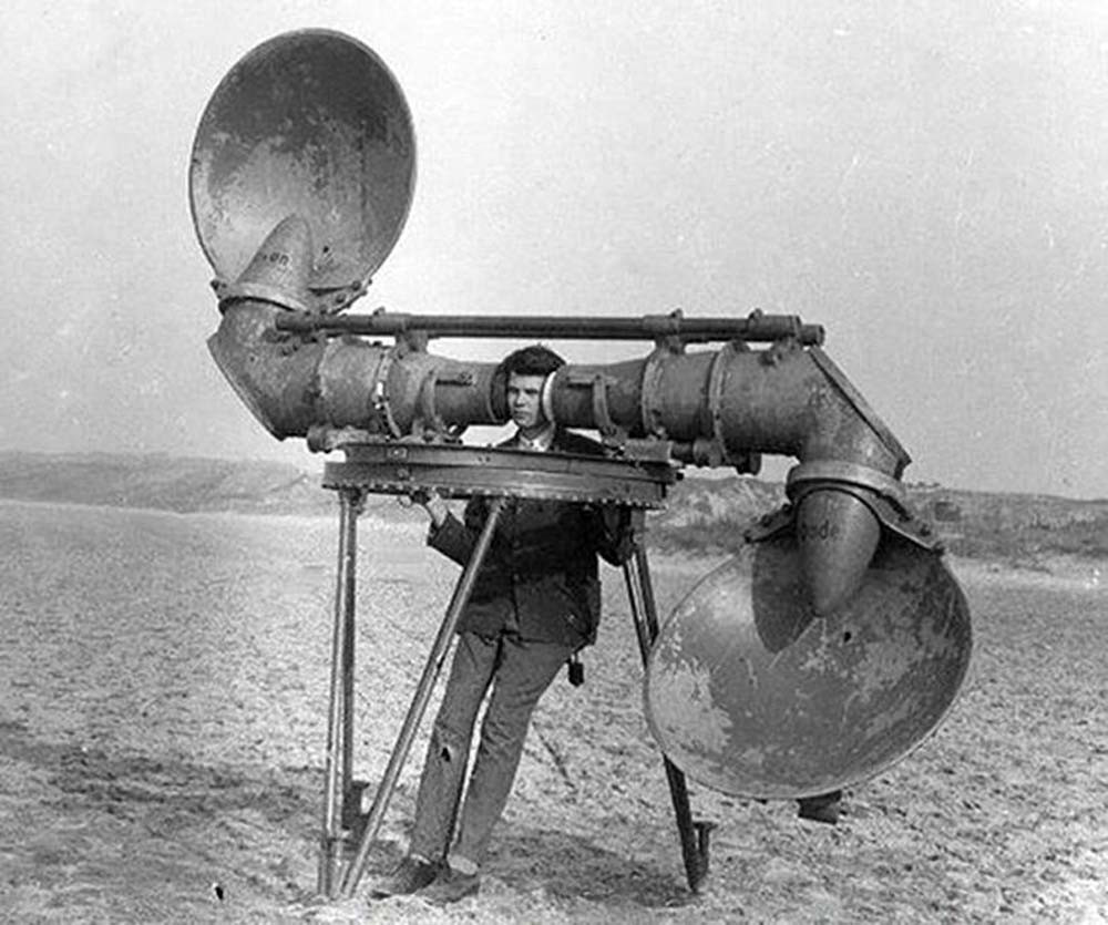 "A Czech locator, 1920s. Scoop-shaped reflectors direct the sound into large-diameter tubes. Manufactured by Goerz. When tested at the Dutch military research station at Waalsdorp it was found it ""contained fundamental deficiencies""."