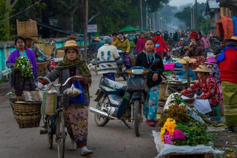 Pre-dawn Market - Hsipaw