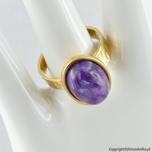 Złocony pierścionek czaroit