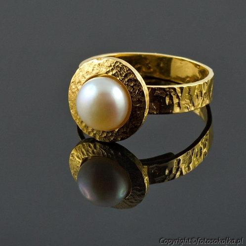 Złocony pierścionek z perłą