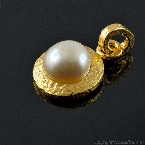 Złocony wisiorek z perłą