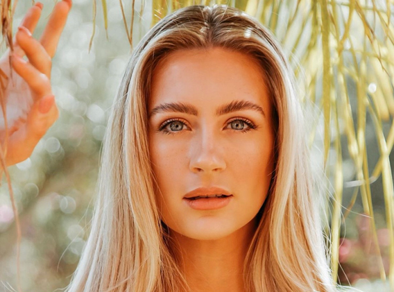 Model Hazel Blonde