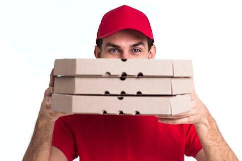 livreur-pizza-couvrant-son-visage-boites